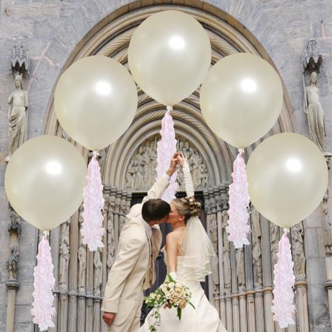 Grosse-Luftballons-aus-Latex-mit-Ballongas-Helium-und-Ballonquasten-zur-Hochzeit