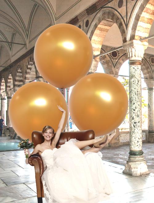 Gold-Metallic 1 Meter Ballons als Hintergrund zum Hochzeitsfoto mit der Braut