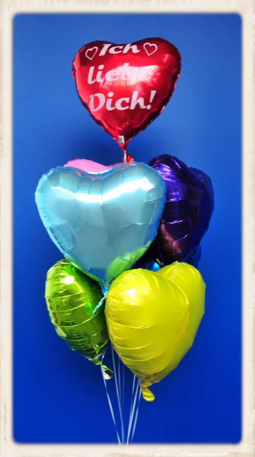 buntes Bouquet aus Helium-Herzballons. Ich liebe Dich! Mit dieser Geschenkidee für die Liebe übertreffen Sie alles. Kühnste Erwartungen werden hiermit erfüllt!