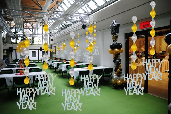 Silvester-Dekoration-Festsaal-Deko-Happy-New-Year-Prismatik-Wirbler