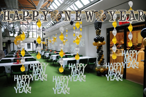 Silvester-Partydekoration-mit-der-Buchstabengirlande-Happy-New-Year