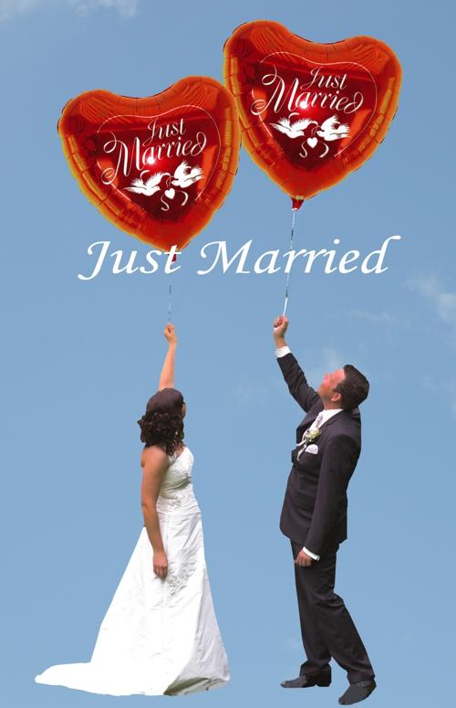 Hochzeitspaar mit riesigen roten Just Married Folienballons, die mit Ballongas schweben