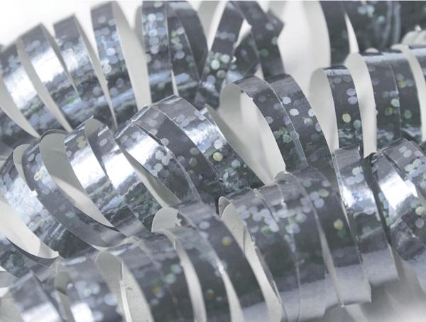 Silberne Luftschlangen zu Silvester, Partydekoration zur Silvesterfeier