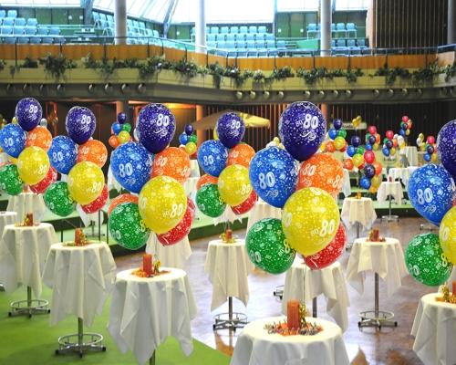 Tischdekorationen mit Luftballons zum 80. Geburtstag