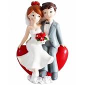Hochzeitspaar sitzt auf einem roten Herz, Figur