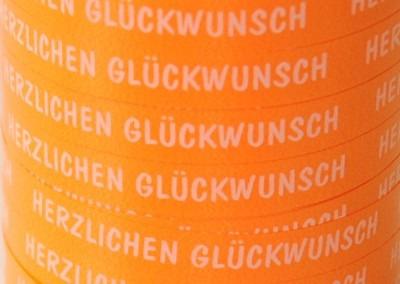 Orangefarbenes-Ballonband-Herzlichen-Glueckwunsch