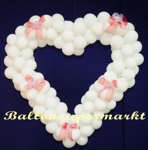 Herz-aus-Luftballons-in-Weiss-Dekoration-Hochzeit