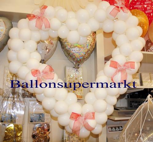 Hochzeit-Dekoration-Herz-aus-Luftballons-Weiss-vom-Ballonsupermarkt