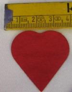 Herzkonfetti regnet auf das Hochzeitspaar. Wie romantisch