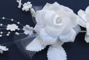 Weisses-Rosenblueten-Gesteck-Tischdeko-Perlen-1