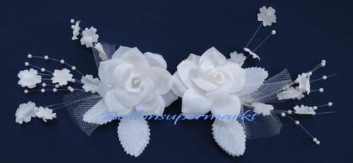 Weisses-Rosenblueten-Gesteck-Tischdeko-Perlen