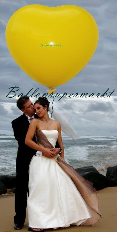 Riesen-Herzluftballon-350er-Gelb-Hochzeitspaar-am-Meer