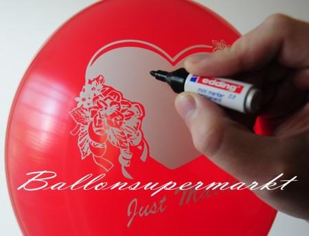 Namen-des-Brautpaares-auf-den-Luftballon-schreiben