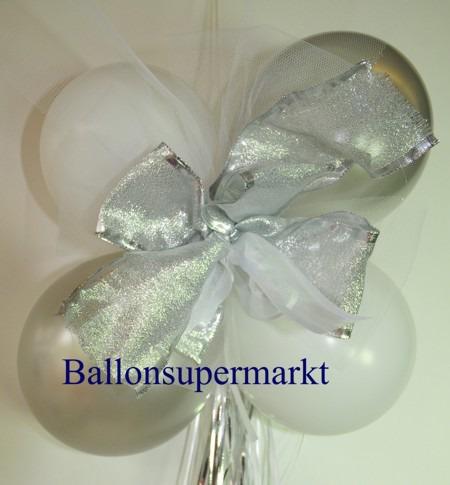 Dekoration-aus-Luftballons-zu-Hochzeit-Liebe-in-Farben-Weiss-Gruen